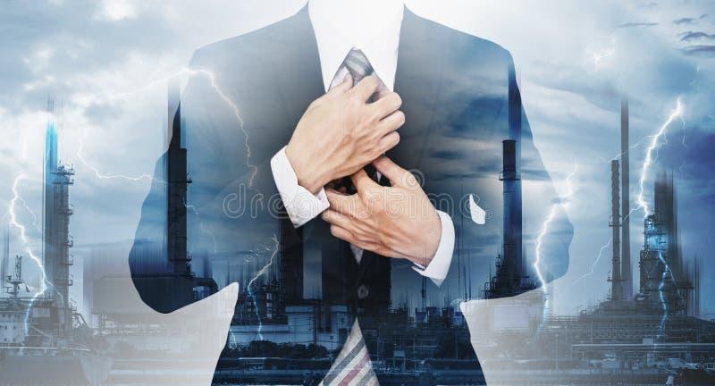 Macht en Energiezaken Dubbele blootstelling, zakenman en elektroelektrische centrale en bliksem stock afbeelding