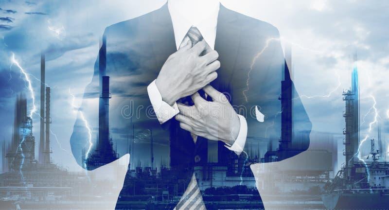 Macht en Energiezaken Dubbele blootstelling, zakenman en elektroelektrische centrale en bliksem stock afbeeldingen