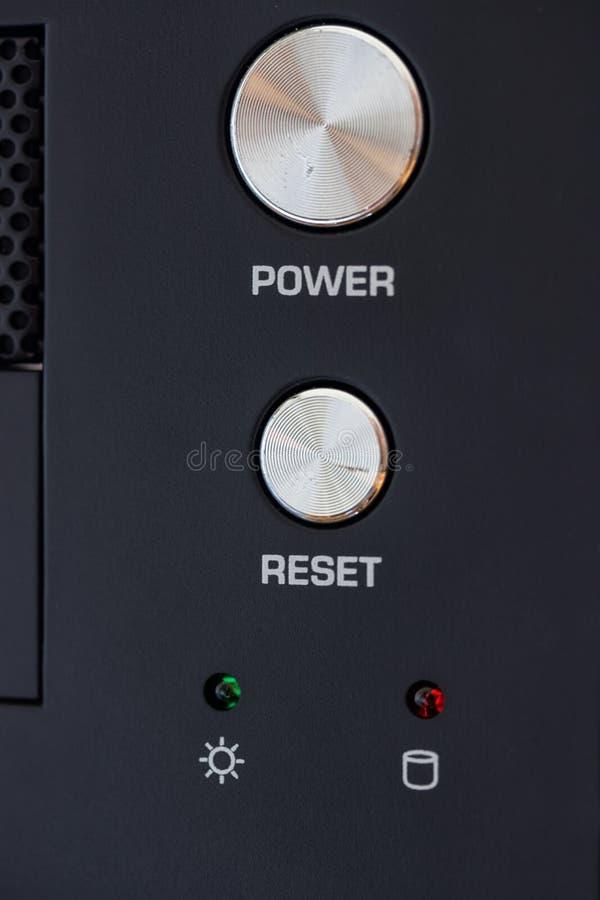 Macht en teruggestelde knoop op het paneel van Desktoppc stock afbeelding