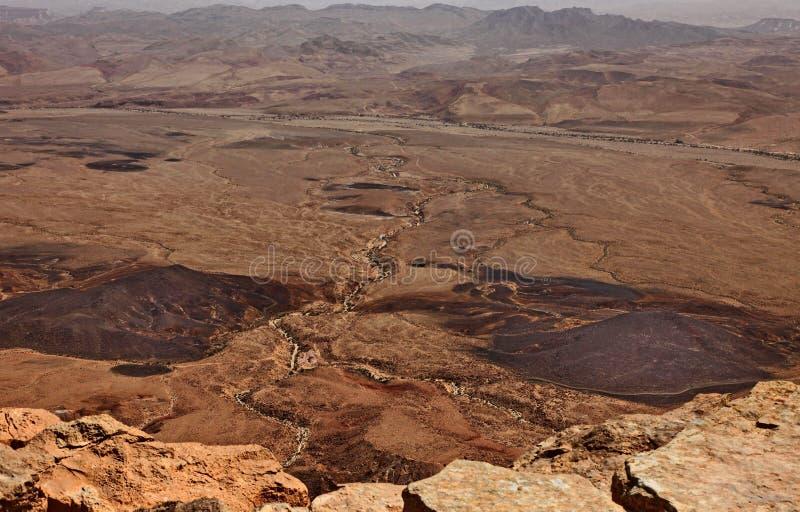 Machtesh Ramon - erosiekrater in de Negev-woestijn, het schilderachtigste natuurlijke ori?ntatiepunt van Isra?l royalty-vrije stock fotografie