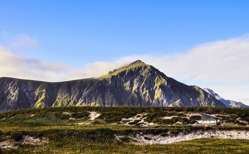 Machtige berg, blauwe hemel en reisauto royalty-vrije stock foto