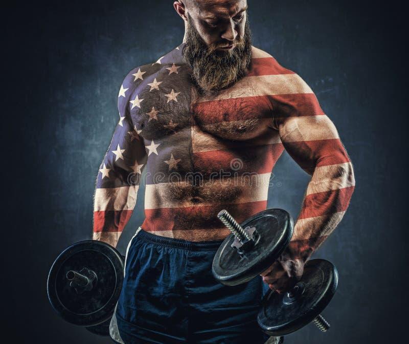 Machts atletische gebaarde mens in opleiding omhoog pompend spieren met D royalty-vrije stock foto