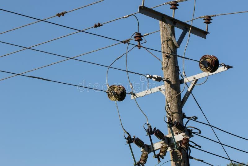 Machtsdistributie Elektriciteitsdraden op een telegraafpool utilit stock foto's