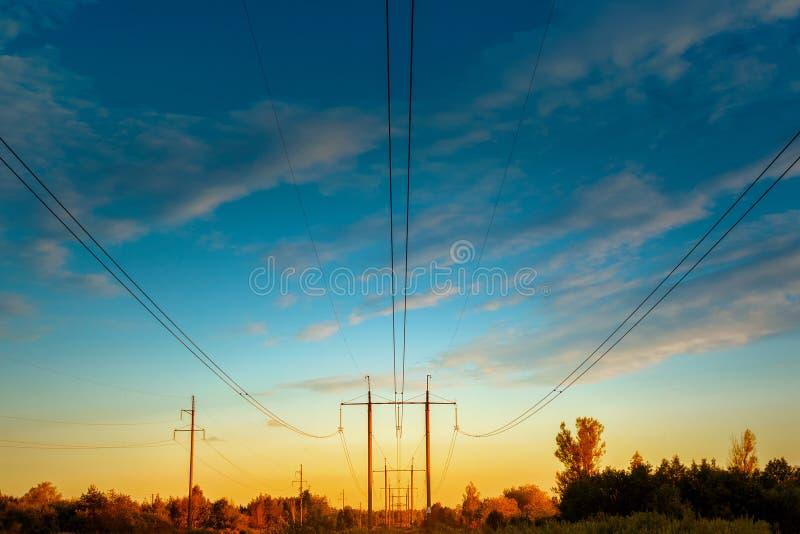machtslijn met hoog voltage Draden en machtstorens van elektriciteit stock afbeelding