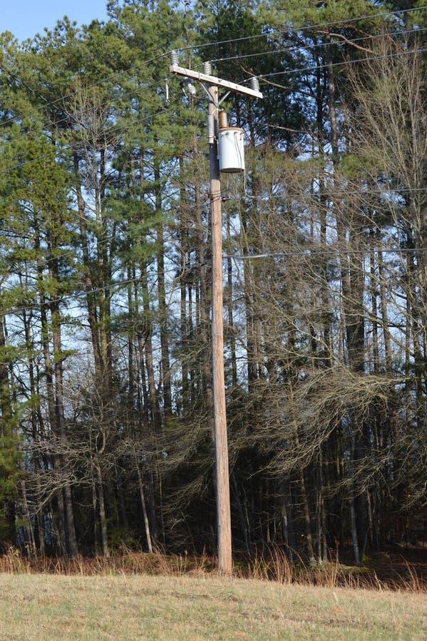 Machtslijnen door landelijk Virginia stock afbeeldingen