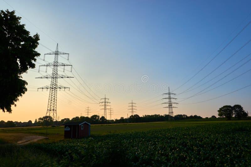 Machtspolen in een zonsondergang royalty-vrije stock afbeeldingen