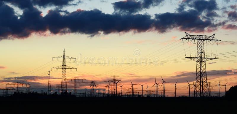 Machtspylonen voor het vervoeren van elektriciteit stock afbeelding