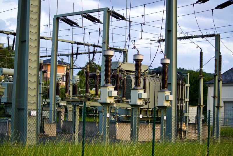Machtstransformator in hoogspanning switchyard in modern elektrohulpkantoor in Hesse, Duitsland royalty-vrije stock afbeelding