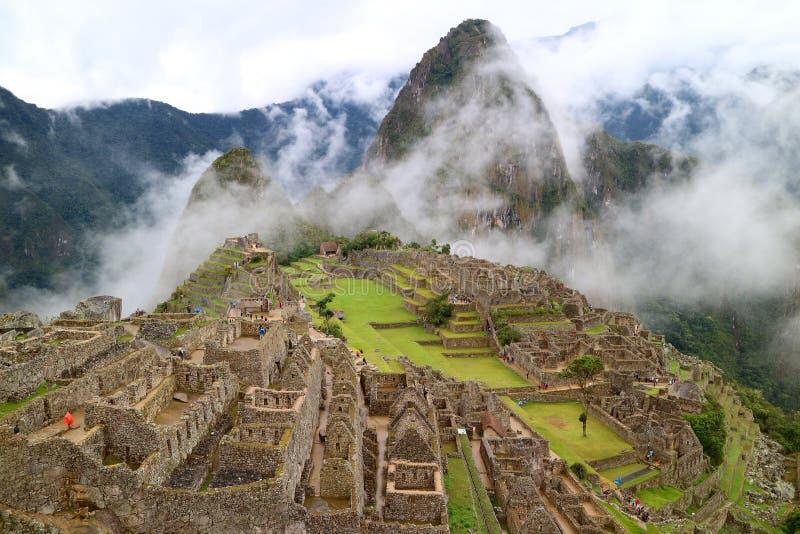 Machu misterioso Picchu na névoa clara, região de Cusco, província de Urubamba, Peru, local arqueológico fotos de stock