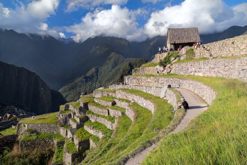 Machu Picchu, águas Calientes/Peru - cerca do junho de 2015: Vista dos terraços na cidade perdida sagrado de Machu Picchu dos Inc imagem de stock