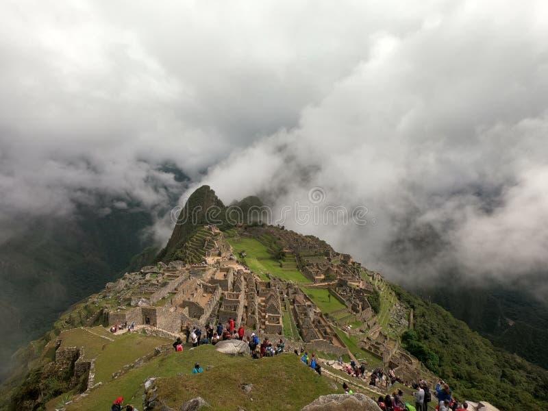 Machu Picchu в облаках стоковое изображение rf