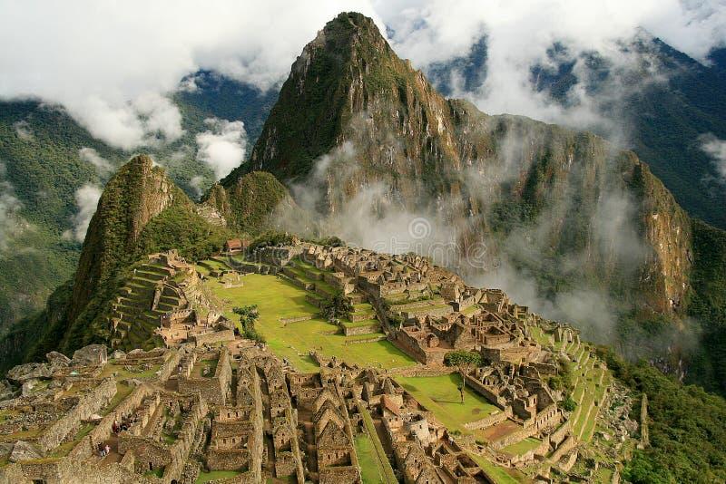 Machu Picchu avec la nébulosité et le soleil dispersés images libres de droits