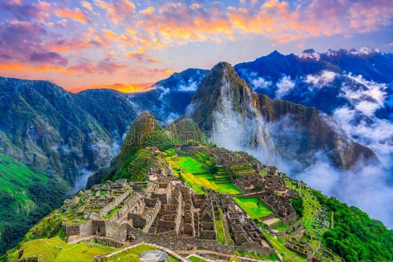 Machu Picchu, Cusco, Pérou : Aperçu de la ville perdue d'Inca Machu Picchu avec la crête de Wayna Picchu, avant lever de soleil images stock