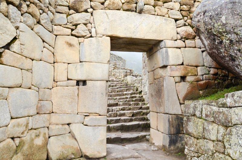 MACHU-PICCHU, CUSCO-REGION, PERU JUNI 4, 2013: Detaljer av bostadsområdet av för århundradeInca för th 15 citadellen Machu Picchu royaltyfri fotografi