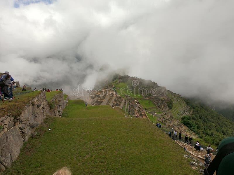 Machu Picchu in de wolken stock foto's