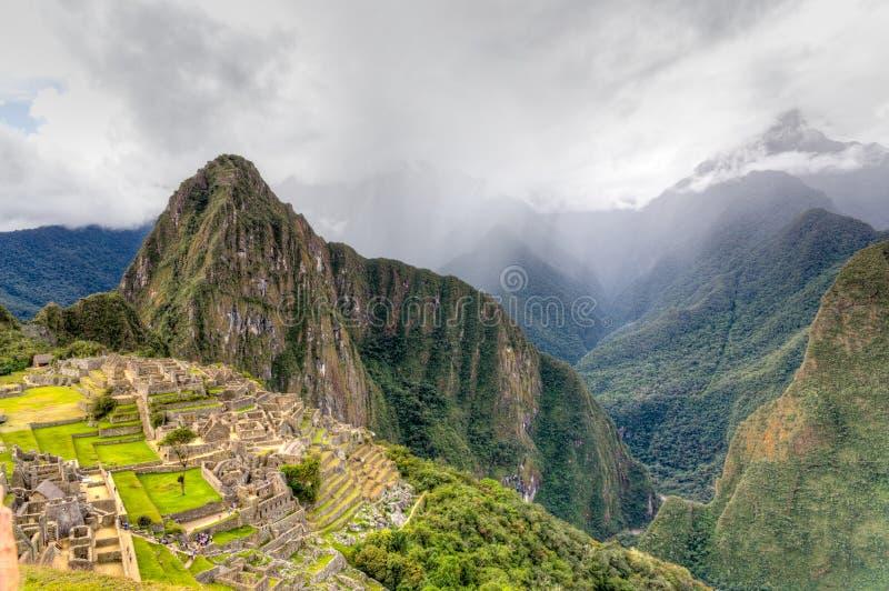 Machu Picchu met onweer op horizon stock foto