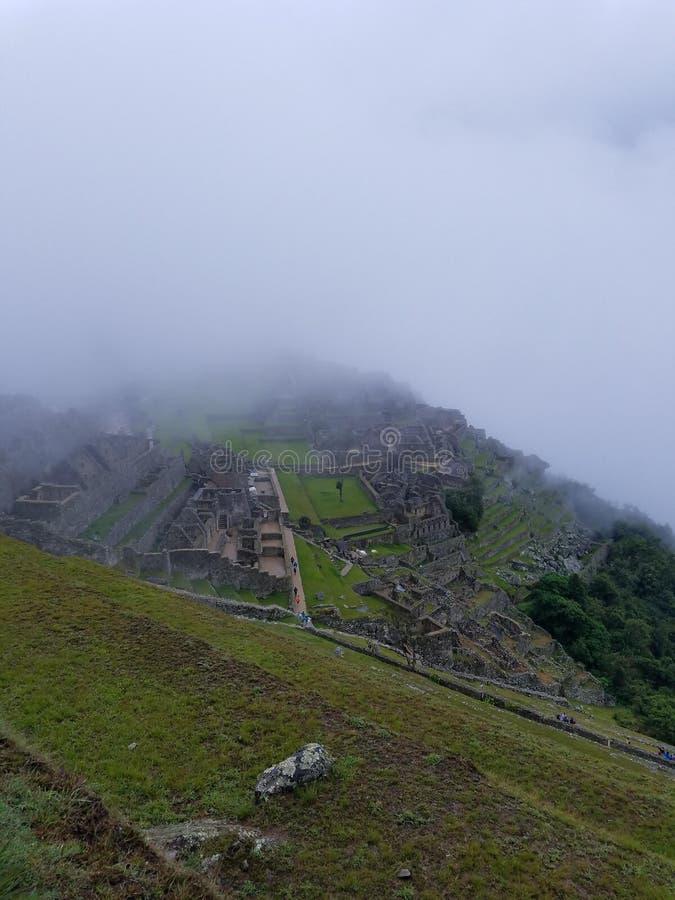 Machu Picchu nas nuvens imagens de stock