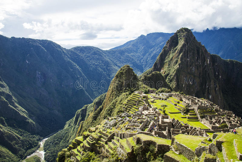 Machu Picchu, Perú con la vista del río de Urubamba fotos de archivo libres de regalías