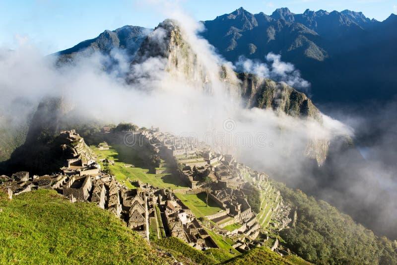 Machu Picchu Peru med moln royaltyfri foto
