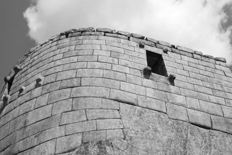 Machu Picchu vägg och moln arkivbilder