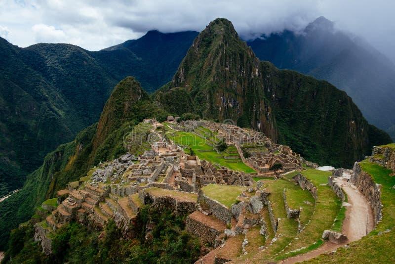 Machu Picchu visto desde arriba con la montaña de Huyana Picchu y el mou imagenes de archivo