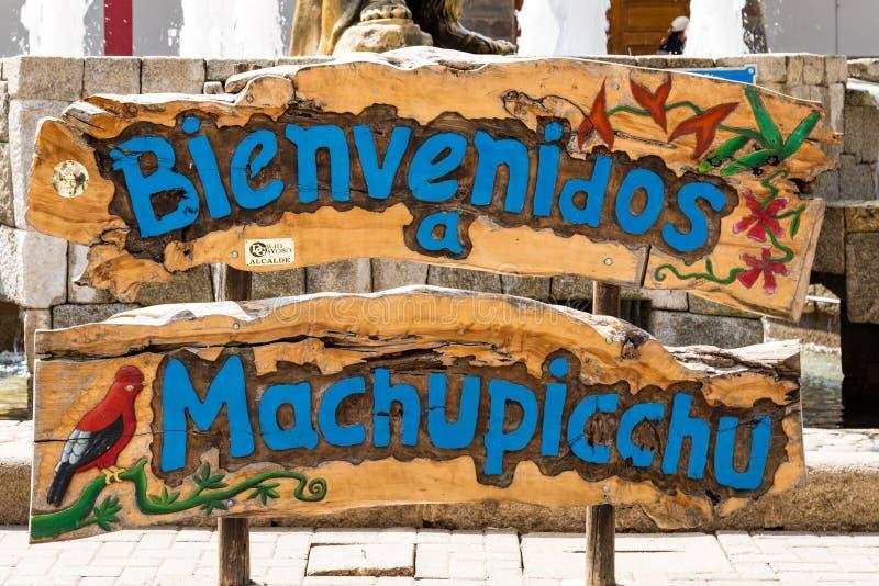 Machupicchu Pueblovälkomnande, från de omgeende bergen arkivbild
