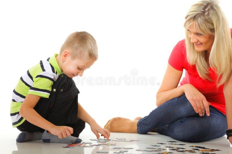 Macierzysta bawić się łamigłówka wraz z jej synem zdjęcia royalty free