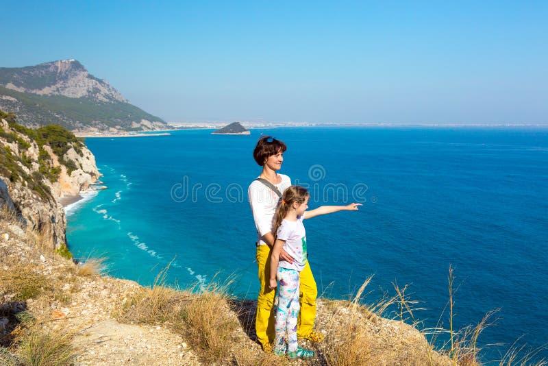 Macierzysta i mała córka przegapia Morskiego widok zdjęcia stock