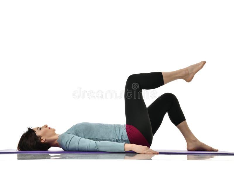 Macierzysta kobieta ćwiczy robić postnatal treningowi Żeńskie sprawność fizyczna instruktora rozciągania ręki i nogi w gym i opra zdjęcia royalty free