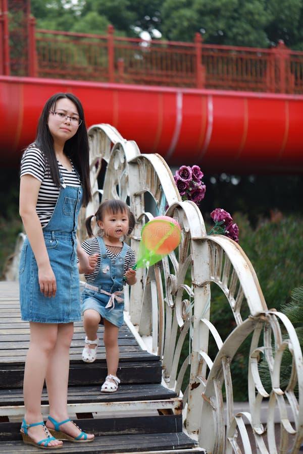 Macierzysta mama trzyma jej córki uśmiechu śmiech zabawę cieszyć się czas wolnego w lato parka dziecka dzieciństwa szczęśliwej sz zdjęcia stock