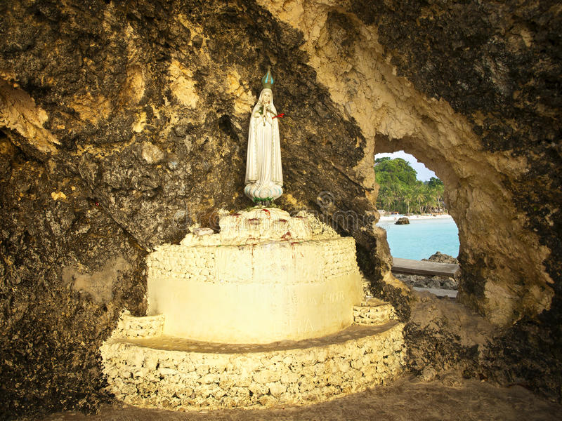 Macierzysta Maryjna statua w grocie zdjęcie stock