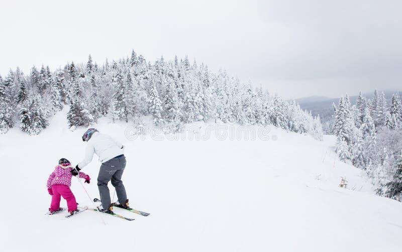 Macierzysta nauczanie córka narta przy Mont-Tremblant ośrodkiem narciarskim zdjęcia stock