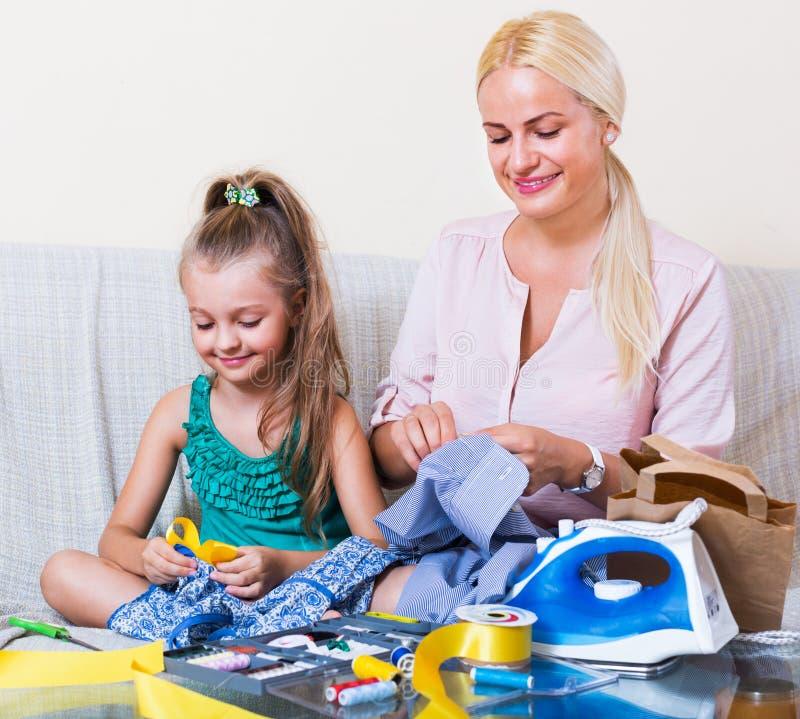 Macierzysta nauczanie córka szyć obrazy royalty free