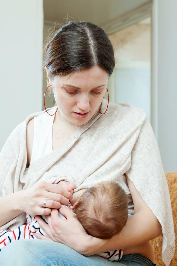Macierzysta pierś - karmić trzymiesięcznego dziecka fotografia royalty free