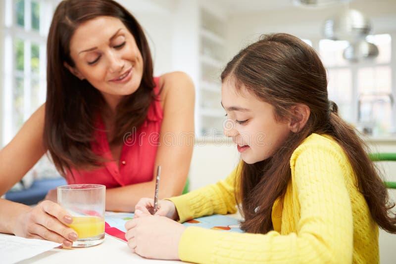 Macierzysta Pomaga córka Z pracą domową zdjęcia royalty free