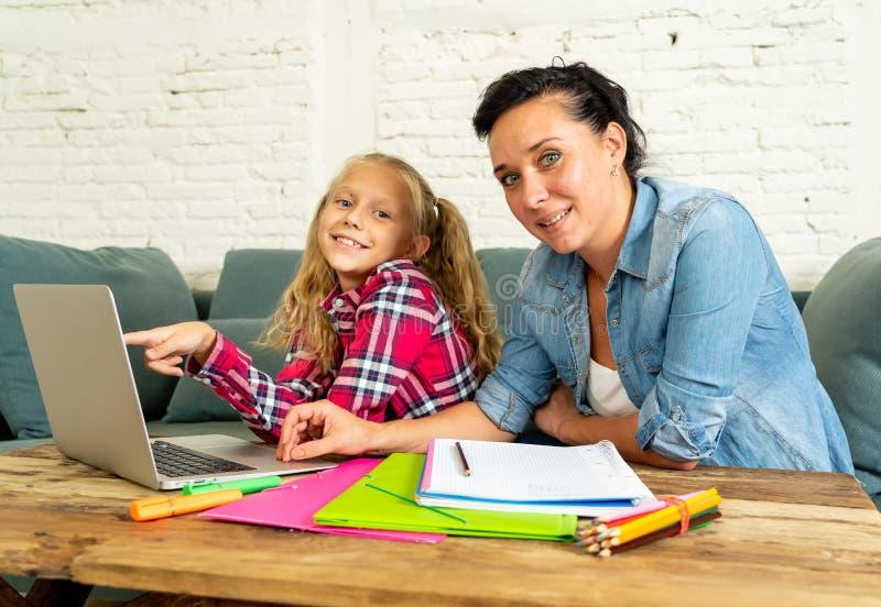 Macierzysta pomaga młoda dziewczyna robi pracie domowej z laptopem i szkolnymi książkami siedzi na kanapie w wychowywać pracę dom obrazy royalty free