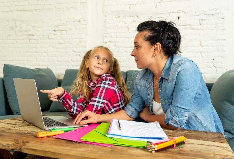 Macierzysta pomaga młoda dziewczyna robi pracie domowej z laptopem i szkolnymi książkami siedzi na kanapie w wychowywać pracę dom obraz royalty free