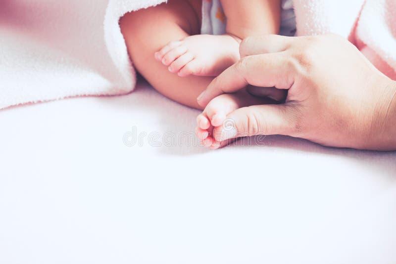 Macierzysta ręka dotyka nowonarodzonych dziewczynka cieki zdjęcie royalty free