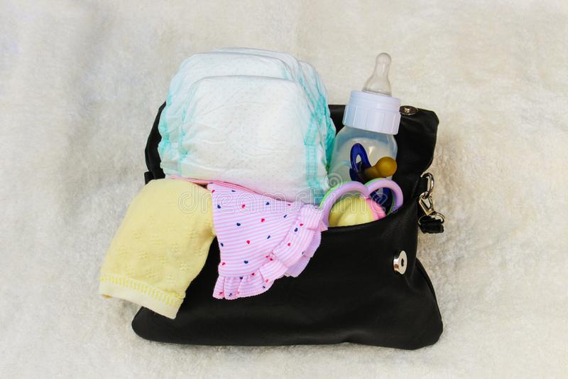 Macierzysta ` s torebka z rzeczami dbać dla dziecka obraz stock
