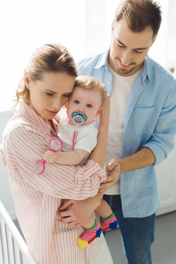 Macierzystego mienia dziecięca córka z dziecko ojcem i atrapą obraz stock