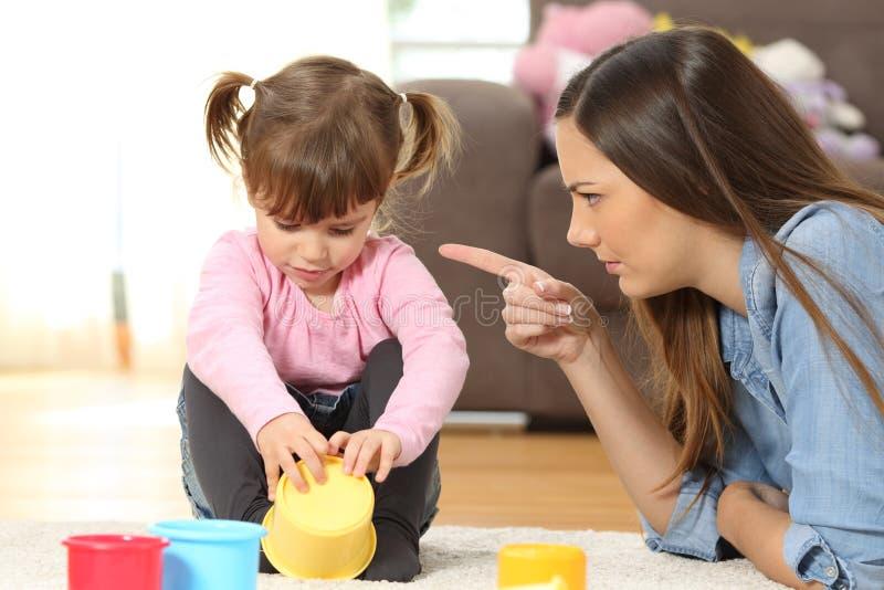 Macierzysty łajanie jej dziecko córka zdjęcie stock