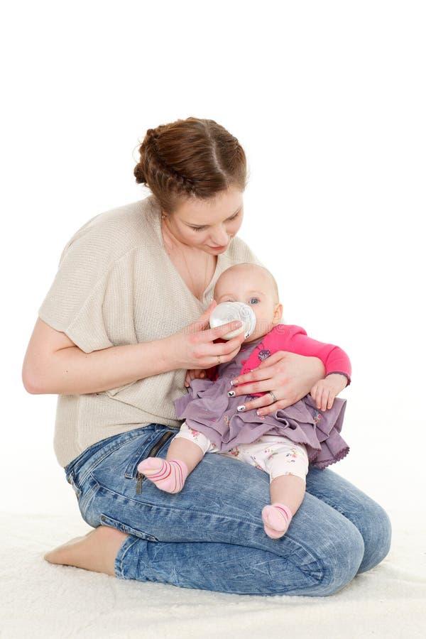 Macierzysty żywieniowy dziecko od butelki. zdjęcie royalty free