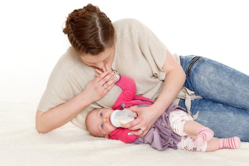 Macierzysty żywieniowy dziecko od butelki. zdjęcie stock
