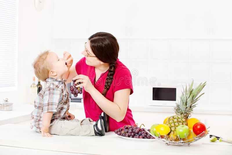 Macierzysty żywieniowy dziecko w kuchni obrazy royalty free