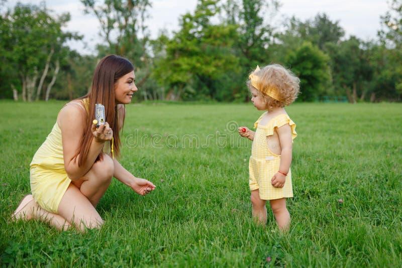 Macierzysty bawić się z córką w parku obrazy royalty free