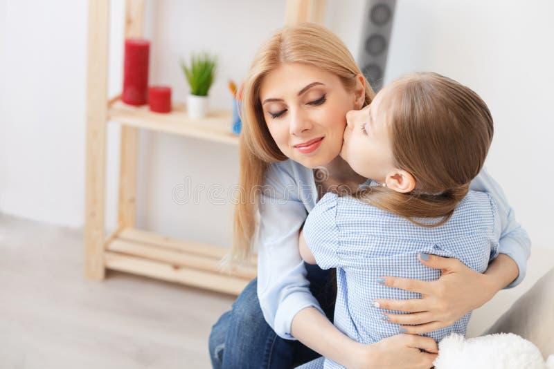 Macierzysty bawić się z jej córką w domu obraz stock
