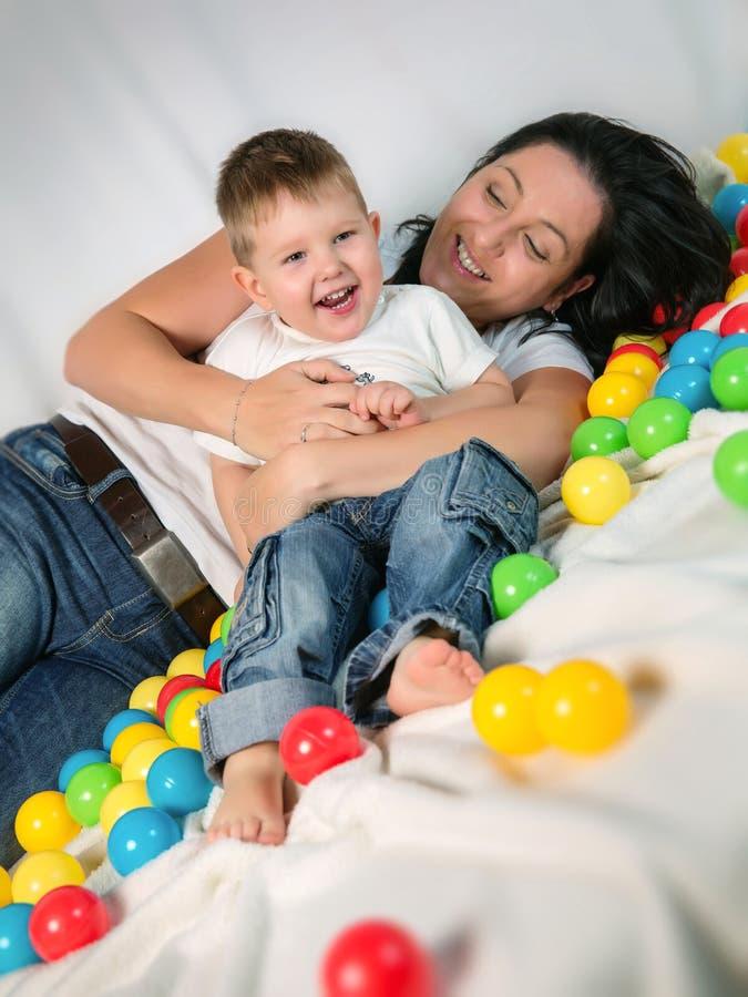 Macierzysty bawić się z jej synem zdjęcia stock