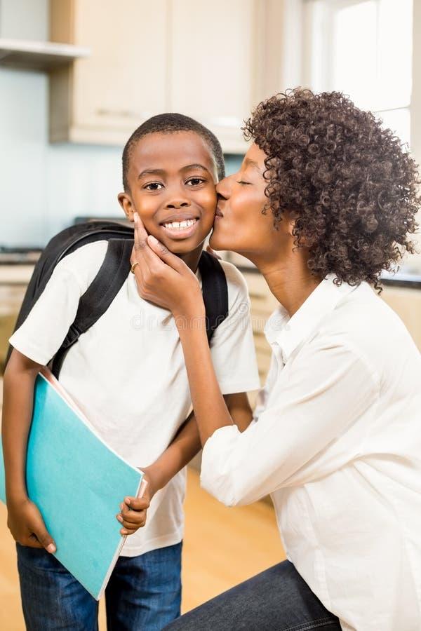 Macierzysty całowanie syn w kuchni zdjęcia stock