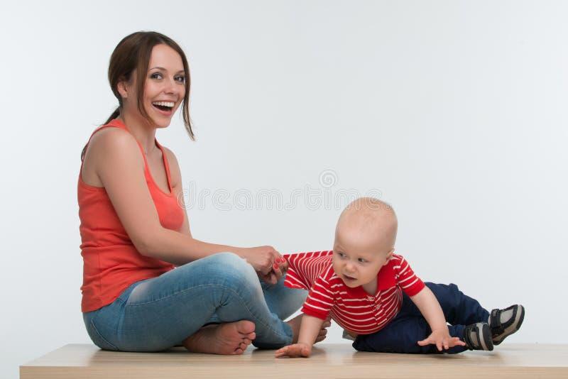 Macierzysty chwytający aktywny małe dziecko obraz stock