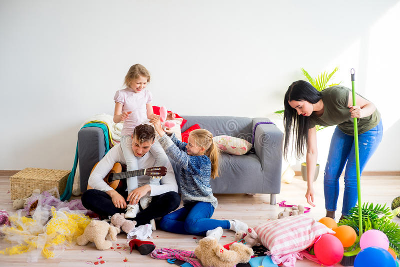 Macierzysty cleaning bałagan w domu obrazy stock